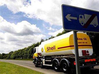 В Великобритании водители бензовозов, доставляющие топливо на автозаправки компании Shell, приняли решение прекратить забастовку, добившись от правительства страны повышения заработной платы на 14 процентов